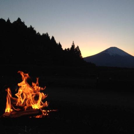 燃え盛る焚き火と背景の富士山
