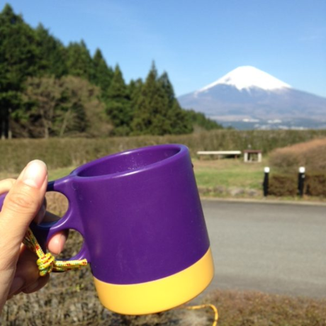 コーヒーカップと背景の富士山