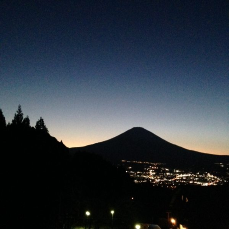 富士山のシルエットと夜景