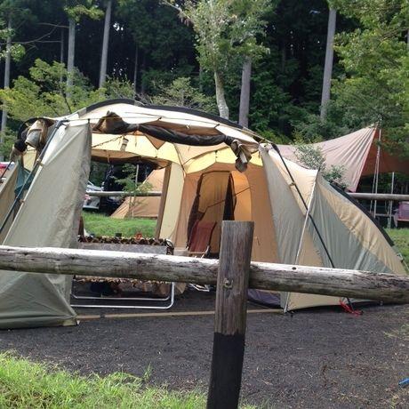 キャンプサイトに建てられたラウンドスクリーン2ルームハウス