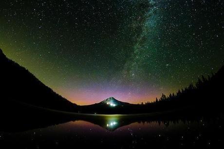 マウント・フッドと輝くオーロラと満天の星