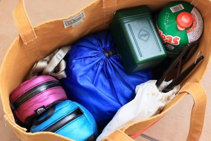 荷物を詰めたトートバッグの中身