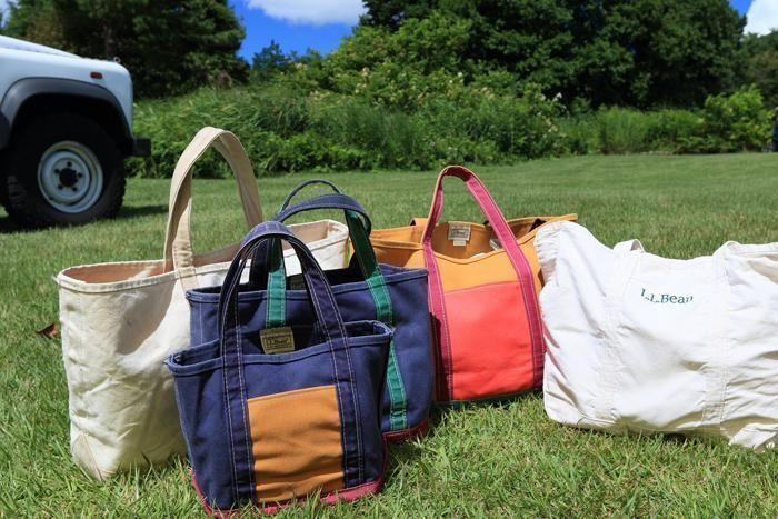 芝生の上に並べられたトートバッグたち