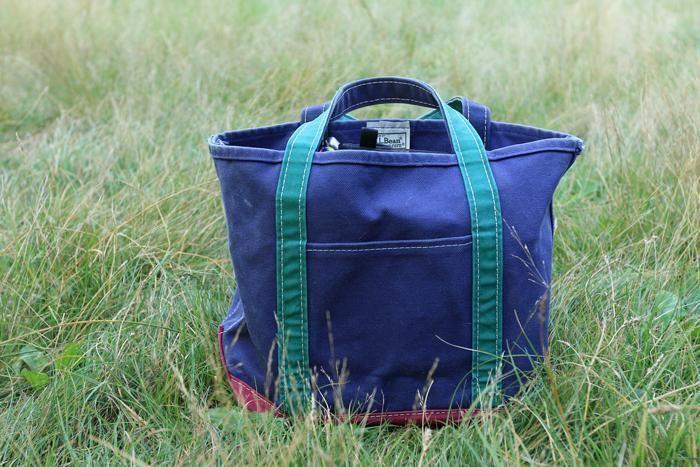 芝生の上のトートバッグ