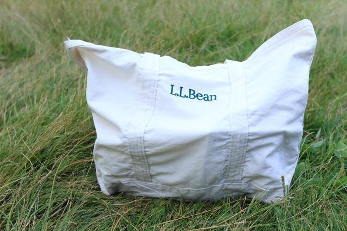 芝生の上のL.L.Beanのトートバッグ