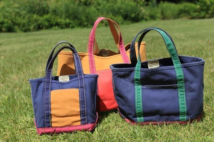 芝生の上に並べられたカラフルなトートバッグ