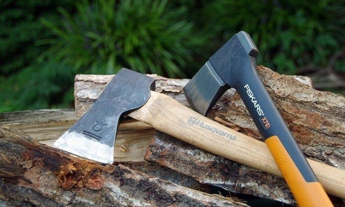 2本の斧と薪