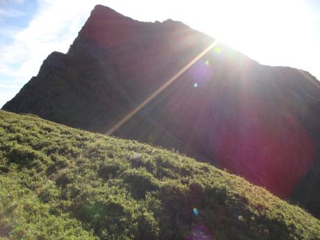 山と照りつける日差し
