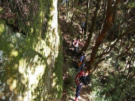 山道を歩く人々