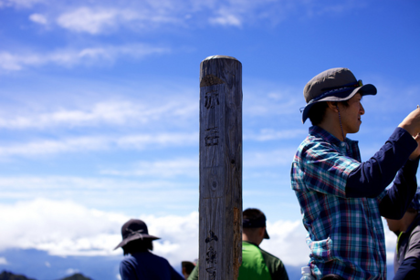 登山中の人々と青空