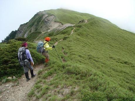 ハイキング中の夫婦