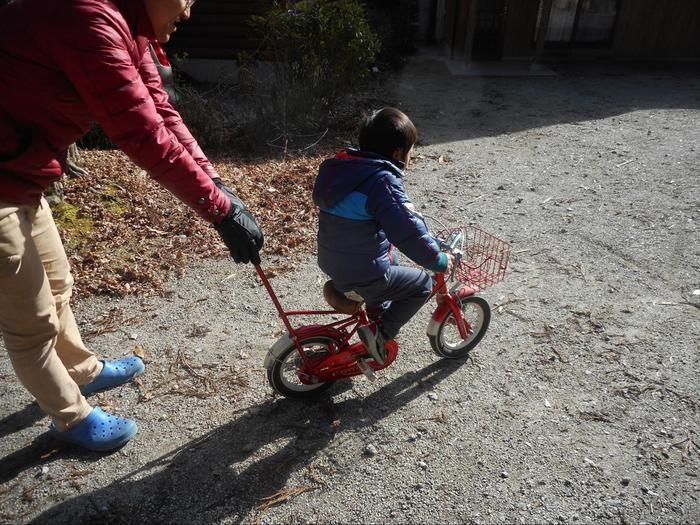 自転車で遊ぶ親子