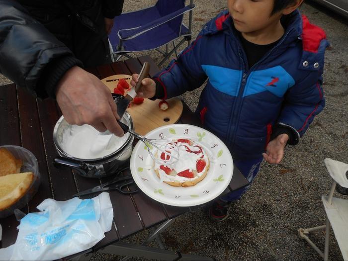 ケーキ作りを楽しむ親子