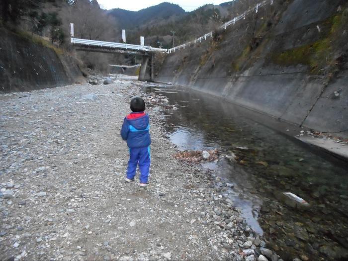 川で遊ぶ男の子