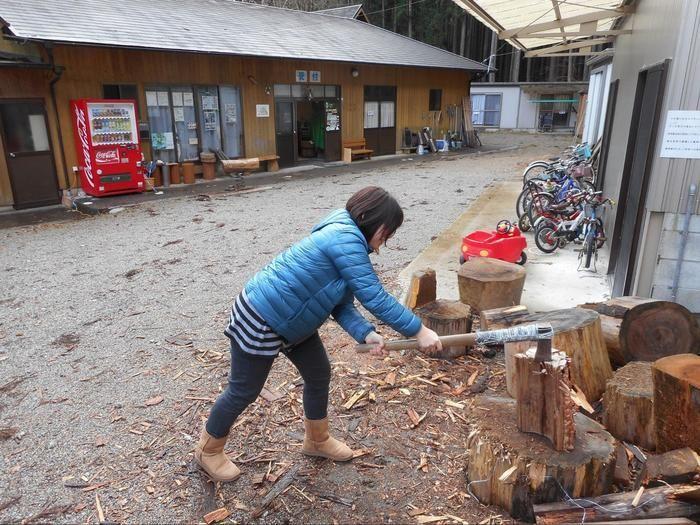 薪割り体験をしている女性