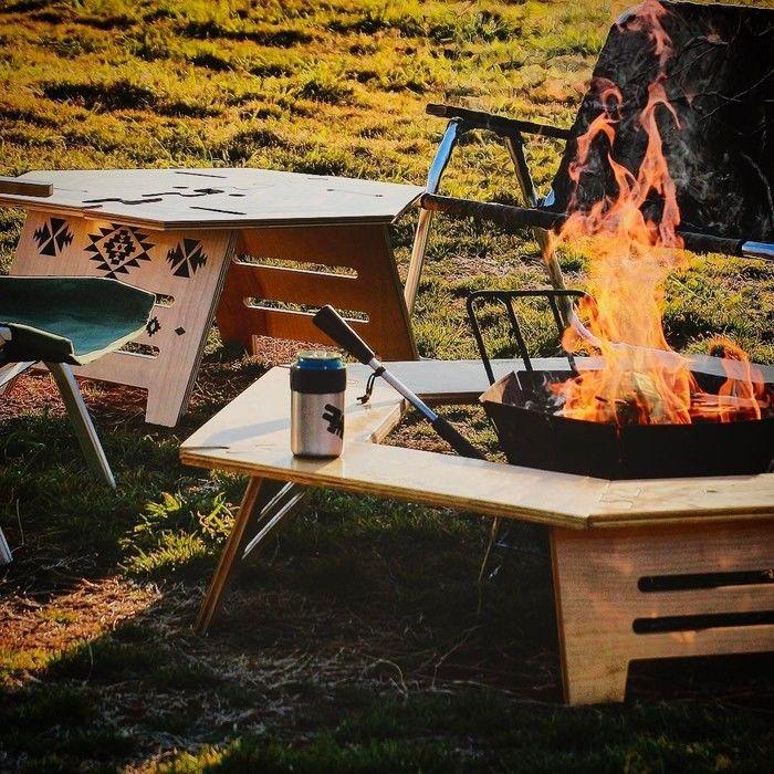 燃え盛る炎とアウトドアテーブル