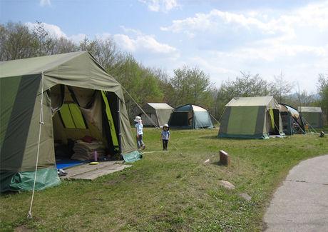 休暇村 蒜山高原でキャンプをしている人たち