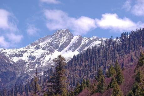 晴天と険しい雪山
