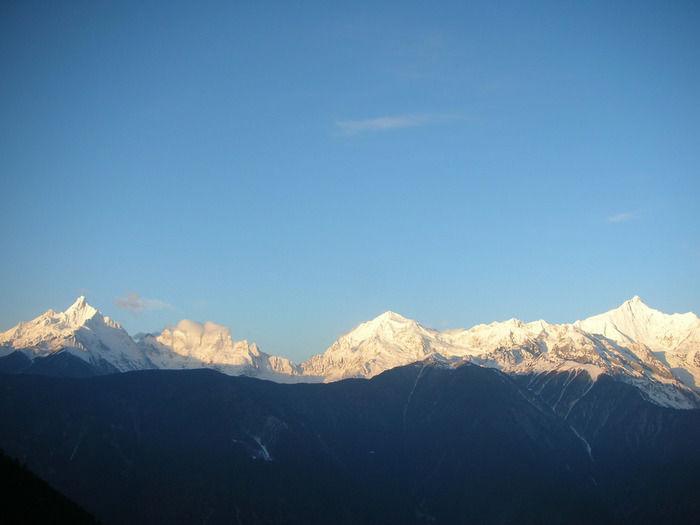 青空に浮かぶ連なる雪山