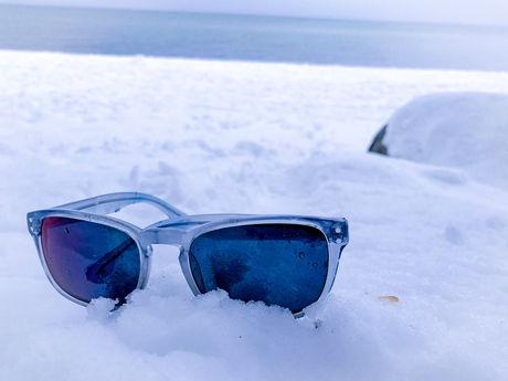 雪の上のサングラス