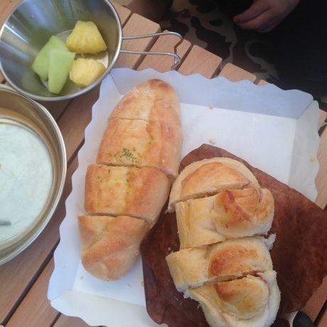 朝食のパンとフルーツ