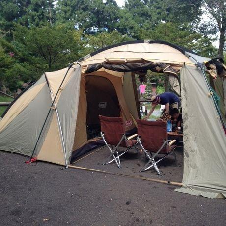 御殿場まるびオートキャンプ場でテントを張ってキャンプを楽しむ様子