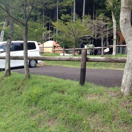 区画サイトに張られたテントと車