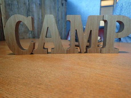 木製のアルファベットでCAMPと書かれたオブジェ