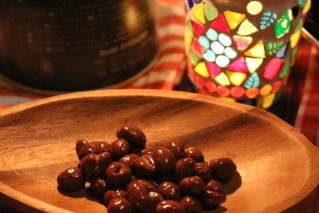 木製の食器に乗せられたチョコのお菓子