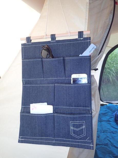 壁かけ用デニム小物オーガナイザーをテントにかけた様子