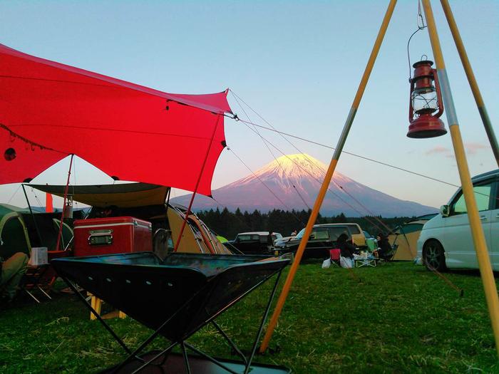 綺麗な富士山の下でのキャンプの様子