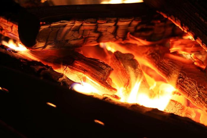 焚き火で燃えている炭の写真