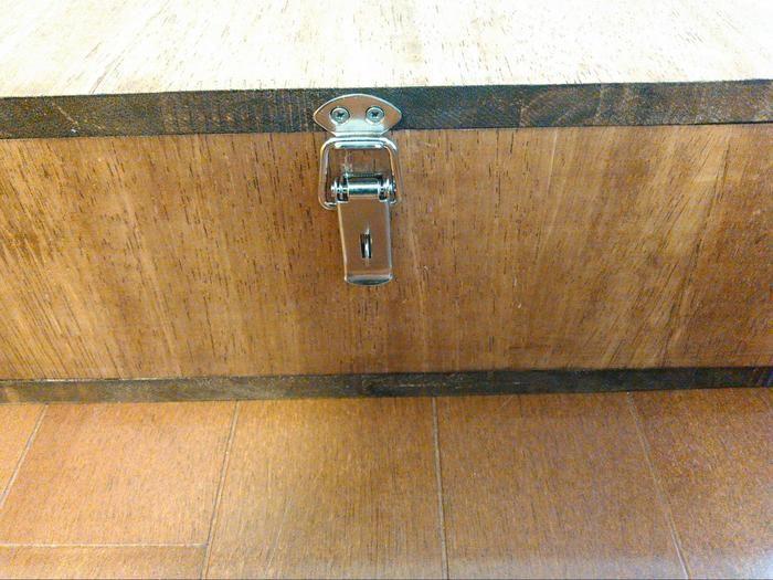 BOXを固定するパッチン錠