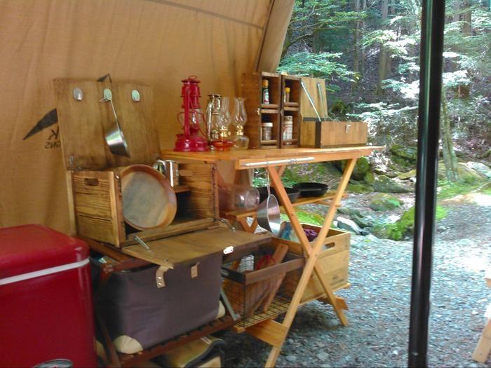 調理器具BOXをキャンプ場で使う様子