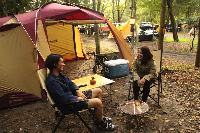 テントの前室前で座って話す男女