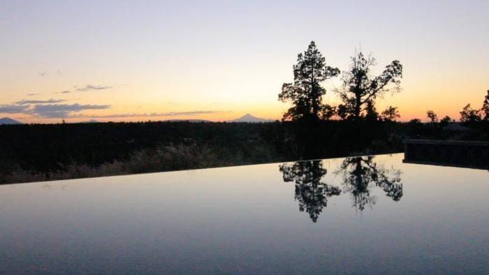 パナセア・アット・ザ・キャニオンのプールからの夕日