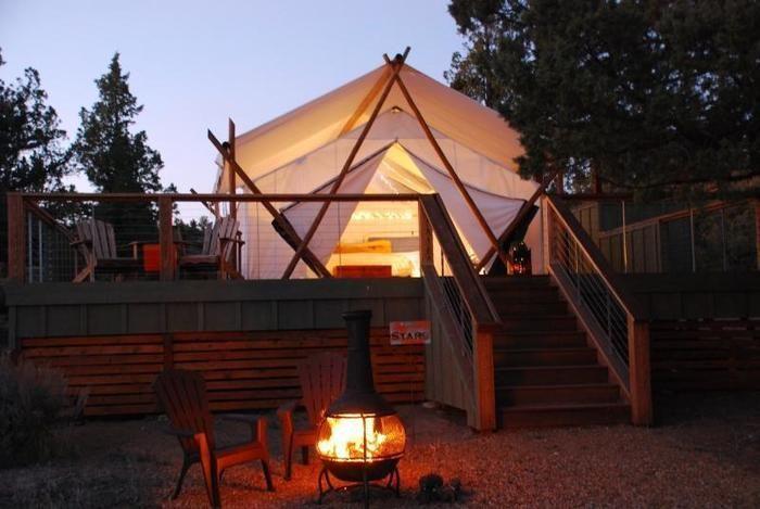 夜のグランピングテントと萌える焚き火