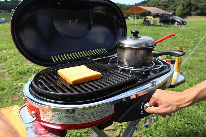 ロードトリップグリル LXE-JⅡでフレンチトーストを調理しながらスープを作る手元