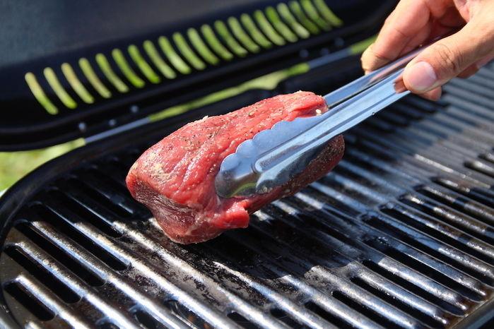 ローストビーフの塊肉を調理する手元
