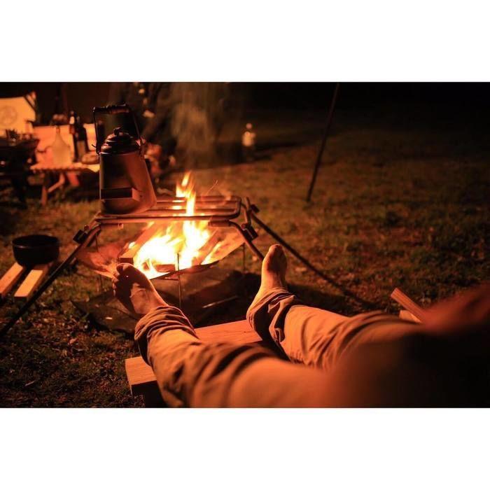 素足で焚き火に当たる足元