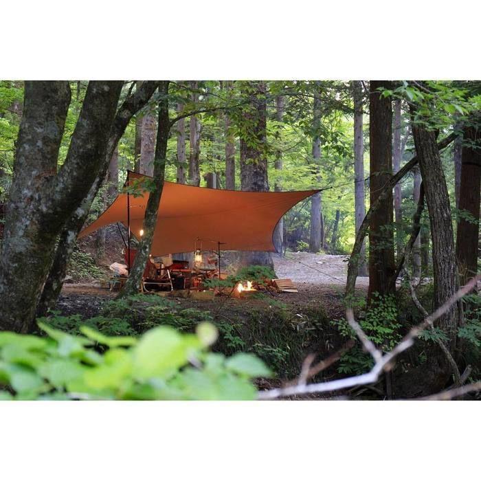 林間に張られたタープ