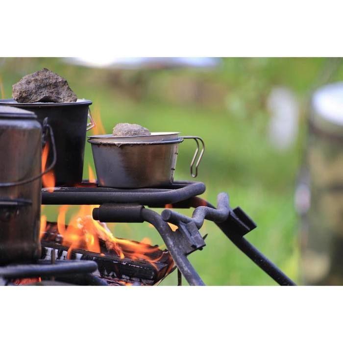 マウンテンリサーチのアナルコカップを焚き火で温める様子