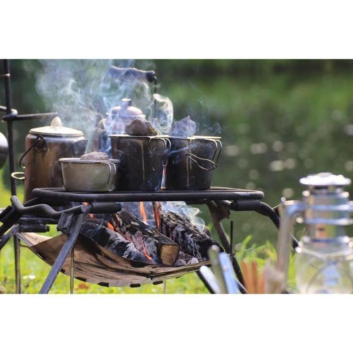 焚き火でやかんやカップを温める様子