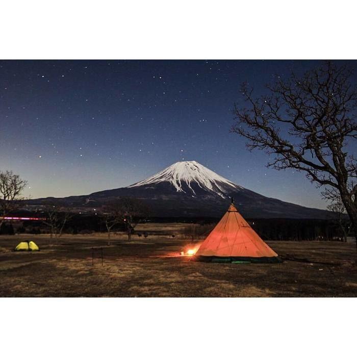 星空と富士山の下に張られたテント