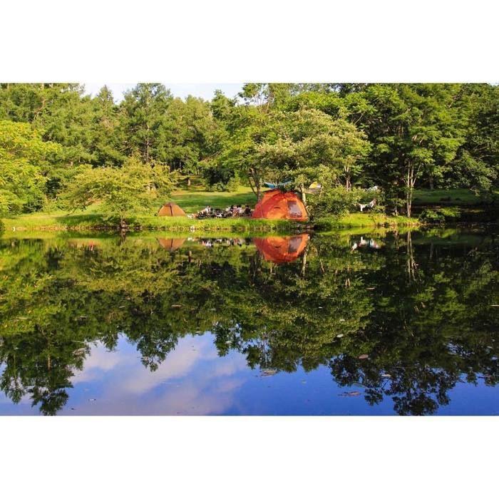 湖に反射するテント