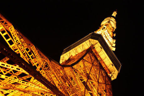 下から見上げた夜の東京タワー