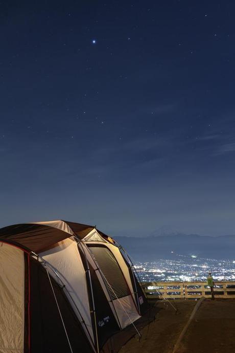 テント越しに見える夜景