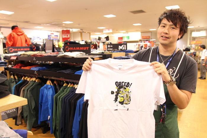 Tシャツを持った店員さん