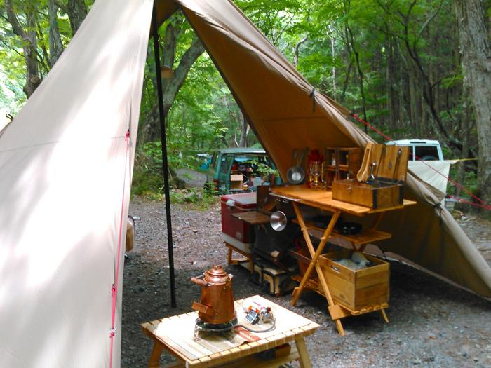 テントの中に置かれたたくさんの木製ギア