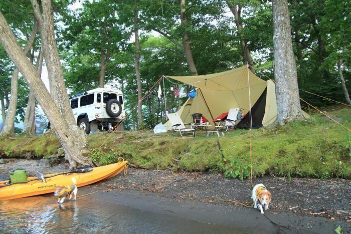 カヌーが置かれた川沿いでのキャンプの様子